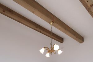 白い天井にナチュラル色の化粧梁